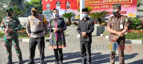 Wali Kota Batu, Dewanti Rumpoko bersama Prokopim gelar Apel Kesiapan Larangan Mudik di halaman Balai Kota Among Tani, Senin (26/4/2021) (foto: Mariano Gale/Jatim Times)