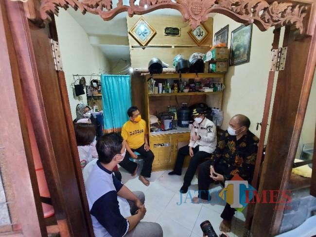 Wali Kota Malang Sutiaji saat melakukan kunjungan kepada peserta BPJS Kesehatan.