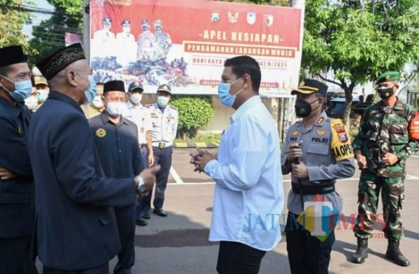 Wali kota Kediri (baju putih) usai mengikuti apel di Mapolresta Kediri.(ist)