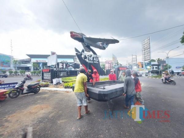 Kondisi reklame di Tugu Pesawat Jalan Soekarno-Hatta (Suhat) Malang saat dilakukan pembongkaran oleh tukang, Selasa (27/4/2021). (Foto: Tubagus Achmad/ MalangTIMES)