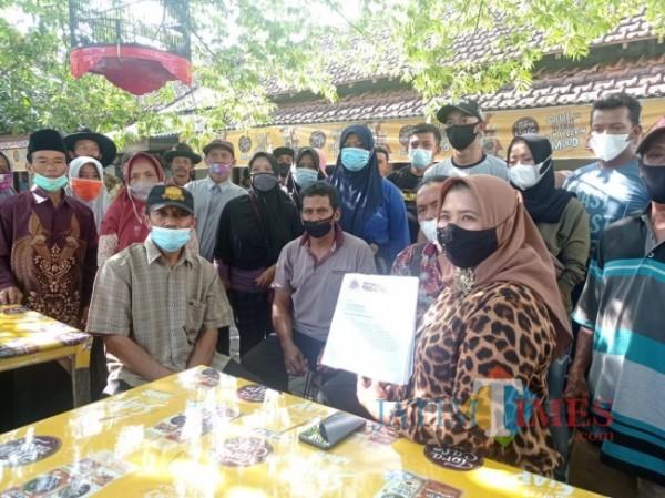 Para petani jeruk saat melurug ke Pengadilan Negeri Kepanjen, Kabupaten Malang. (foto: Hendra Saputra/MalangTIMES)