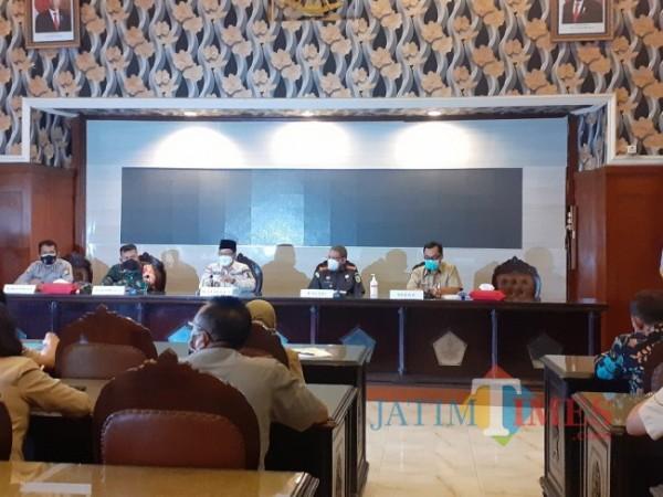 Rakor Forkopimda Kota Malang dalam pembahasan SE khusus masa larangan mudik Lebaran 2021 di ruang sidang Balai Kota Malang, Selasa (27/4/2021). (Arifina Cahyanti Firdausi/MalangTIMES)