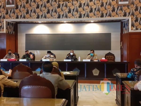 Rakor Forkopimda pembahasan SE khusus masa larangan mudik lebaran 2021 di ruang sidang Balai Kota Malang, Selasa (27/4/2021). (Arifina Cahyanti Firdausi/ MalangTIMES).