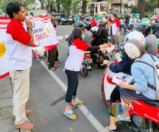 Salah satu anggota DPD LIRA Malang Raya yang sedang membagikan nasi kotak untuk berbuka puasa.