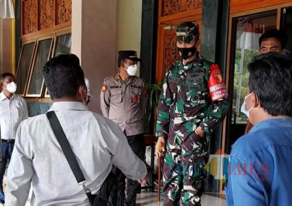 Dandim saat menemui masa aksi di teras Pemkab Bangkalan (Foto: Imam/BangkalanTIMES)