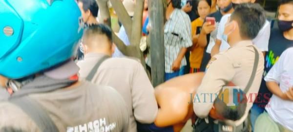 Pelaku saat diringkus oleh warga saat hendak menjual barang hasil curiannya (Foto: Imam/BangkalanTIMES)