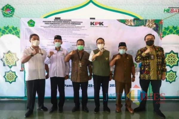 Foto bersama usai Rapat Koordinasi (Rakor) Monitoring dan Evaluasi (Moniv) program pemberantasan korupsi di wilayah Kabupaten Pamekasan (Foto: Rozy)