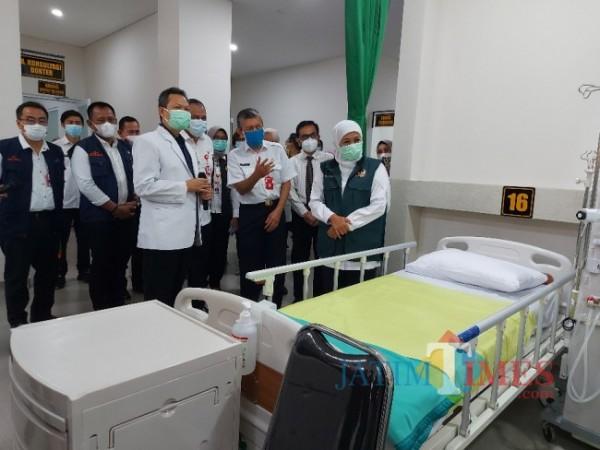 Gubernur Jawa Timur Khofifah Indar Parawansa yang hadir dan mengecek kondisi ruangan baru hemodialisa di RSSA Malang, Rabu (28/4/2021). (Foto: Tubagus Achmad/MalangTIMES)