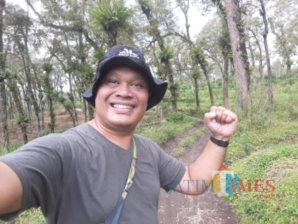 Ketua Profauna Indonesia Rosek Nursahid saat melakukan monitoring satwa luar di hutan kawasan JLS Kabupaten Malang. (Foto: Rosek Nursahid for MalangTIMES)
