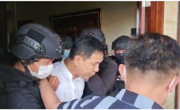 Munarman saat ditangkap. (Foto: Screenshoot WA)