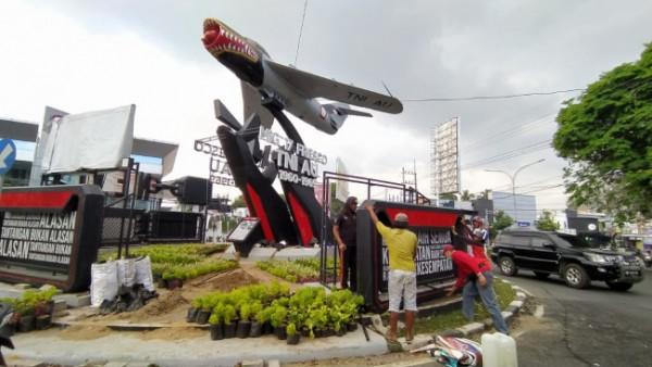 Pembongkaran reklame iklan rokok di monumen pesawat Jl Soekarno Hatta Kota Malang. (Foto: Istimewa)
