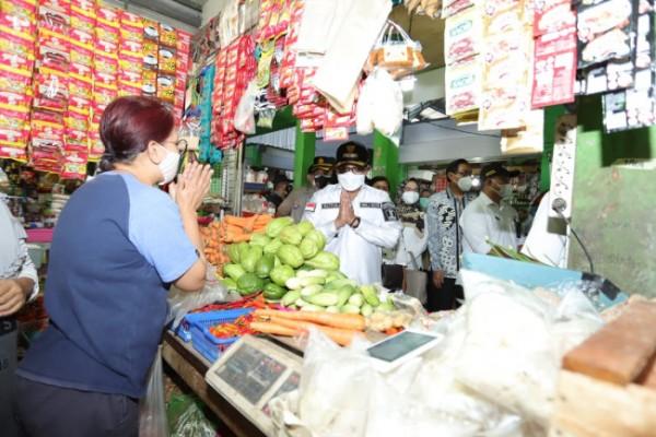 Wali Kota Malang Sutiaji (baju putih bertopi) saat meninjau harga kebutuhan pokok di Pasar Sawojajar, Rabu (28/3/2021). (Foto: Humas Pemkot Malang for MalangTIMES).