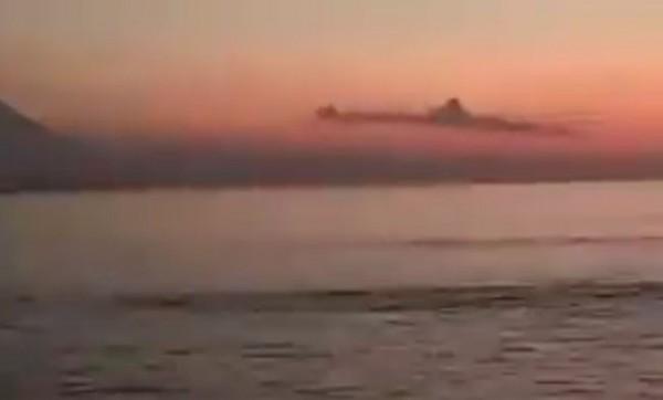 Awan mirip kapal selam di atas langit laut Bali (Foto: Screenshoot)