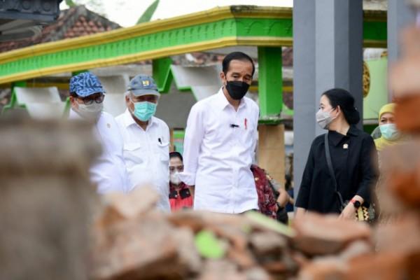 Jokowi saat melihat puing-puing bekas reruntuhan bangunan di Desa Majangtengah (foto: Humas Pemkab Malang)