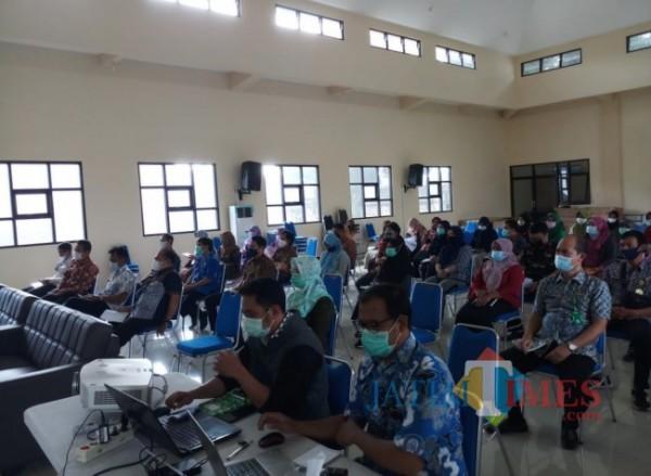 Para pegawai dilingkungan DPUPRPKP Kota Malang yang tengah mendapatkan sosialisasi pelaksanaan Anggaran Pendapatan dan Belanja Daerah (APBD) tahun 2021 dan penyusunan pra Rencana Kerja dan Anggaran (RKA) tahun 2022 (Anggara Sudiongko/MalangTIMES)