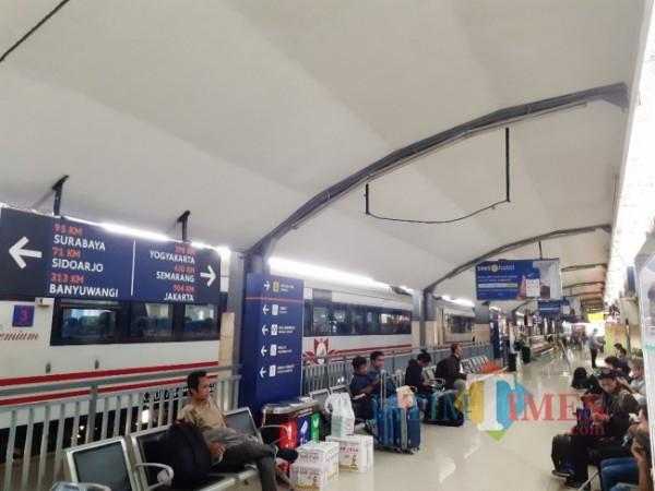 Para penumpang saat menunggu kedatangan kereta api di Stasiun Malang. (Arifina Cahyanti Firdausi/MalangTIMES).