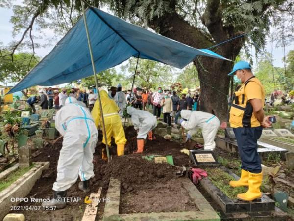 Para petugas pemakaman UPT PPU DLH Kota Malang yang tengah melakukan pemakaman pasien kasus Covid-19 (Ist)