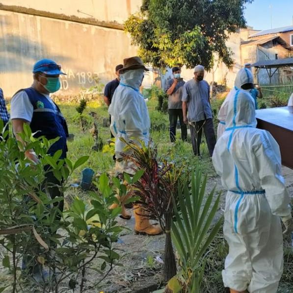 Petugas pemakaman UPT PPU DLH Kota Malang yang tengah melakukan pemakaman (Ist)