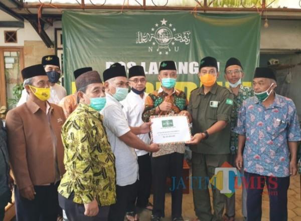 Prosesi penyerahan bantuan dari PW LP Ma'arif NU Jatim kepada sekolah Madrasah yang terdampak gempa (foto: istimewa)