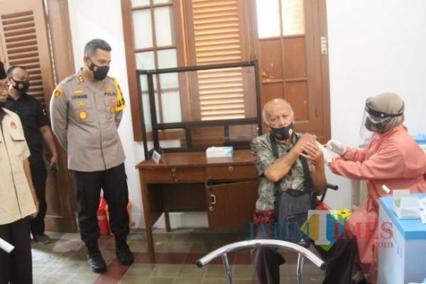 Purnawirawan Polri di Kabupaten Blitar terima vaksinasi Covid-19.(Foto : Aunur Rofiq/BlitarTIMES)