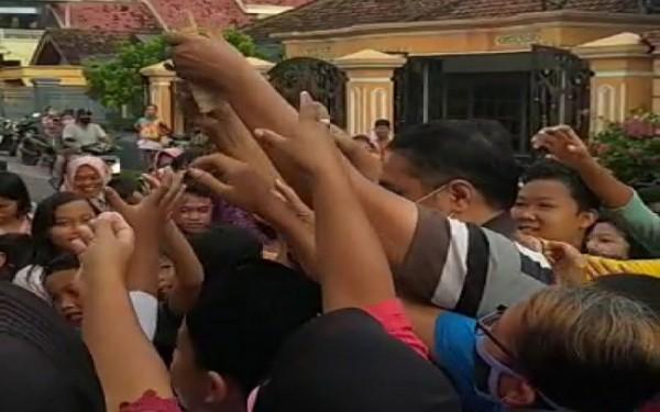 Video saat Kades Kepuh bagi-bagi uang ke warga yang kemudian viral / Foto : Istimewa / Tulungagung TIMES
