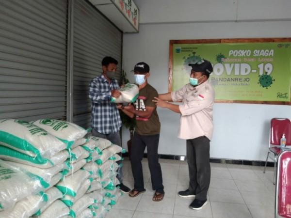 Warga menerima bantuan ribuan beras oleh Pemkot Batu di Desa Pandanrejo, Kecamatan Junrejo, Kota Batu, Kamis (29/4/2021) (foto: istimewa)