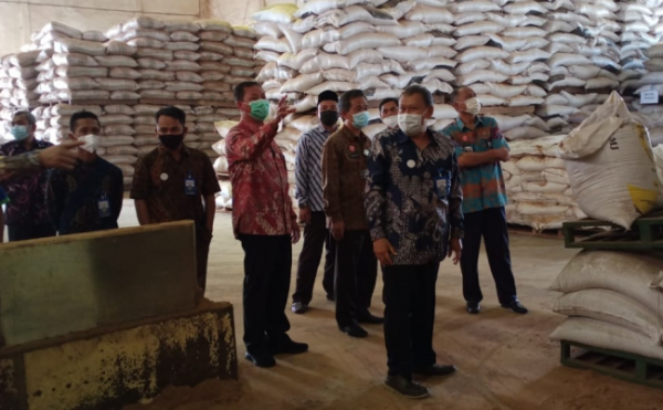 Jajaran OPD Pemkab Malang bersama jajaran KAN Jabung melihat gudang produksi pakan ternak. (Foto: Istimewa)