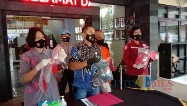 Kasat Reskrim Polresta Malang Kota Kompol Tinton Yudha Riambodo (dua dari kiri) saat merilis ungkap kasus penganiayaan di Mapolresta Malang Kota, Jumat (30/4/2021). (Foto: Tubagus Achmad/MalangTIMES)