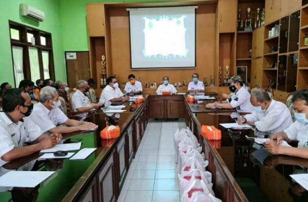 Kepala Dinas Lingkungan Hidup, Wahyu Setianto memimpin Rapat Koordinasi persiapan Adipura yang diikuti oleh seluruh pejabat struktural di Ruang Rapat Dinas Lingkungan Hidup Kota Malang, Rabu (28/04/2021) kemarin lalu (foto istimewa)