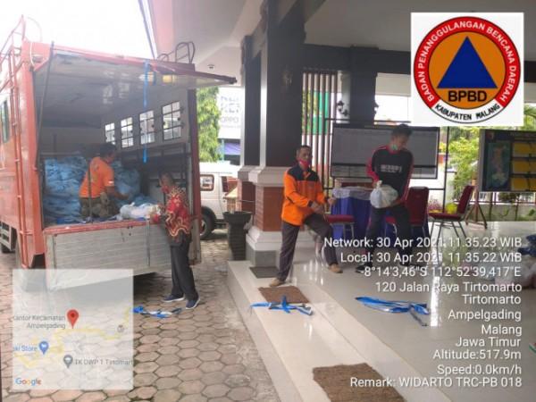 Pendistribusian paket dembako dan terpal untuk kecamatan yang terdampak gempa. (Foto: BPBD Kabupaten Malang for MalangTIMES)