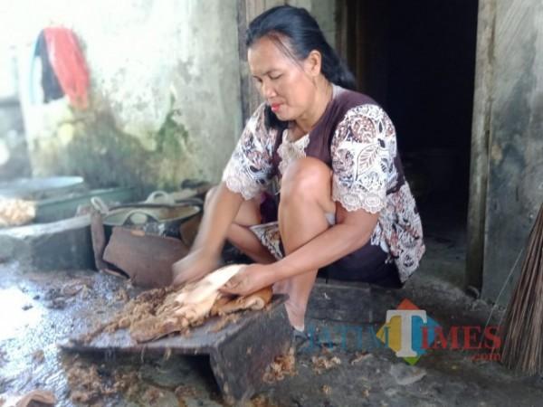 Proses pembersihan bulu dari kulit sapi (Foto: Abror Rosi/JatimTimes)