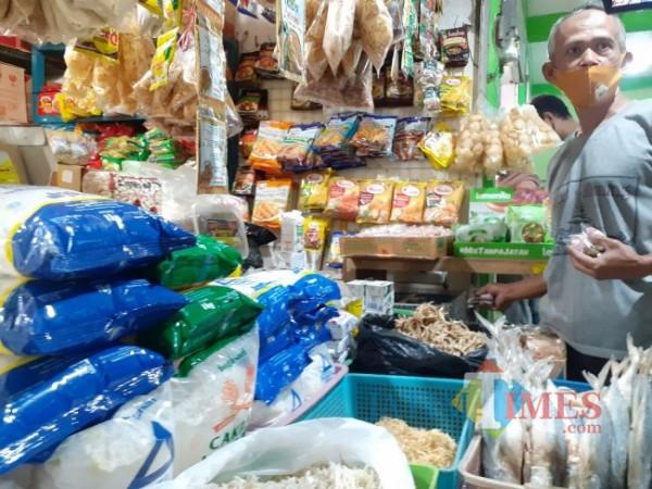 Salah satu pedagang di Pasar Sawojajar Kota Malang, Muro saat menjelaskan bahan pokok yang alami kenaikan. (Arifina Cahyanti Firdausi/MalangTIMES).