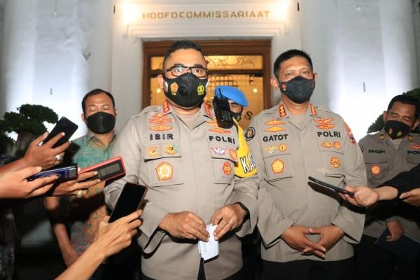 Kapolrestabes Surabaya (depan) menjelaskan kasus anak buahnya yang digerebek berpesta narkoba. (Foto: Marzuki/JatimTIMES)