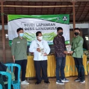 Studi Lapang ke Desa Sanankulon, Mahasiswa Administrasi Publik Unisba Bangun Karakter Mbangun Desa