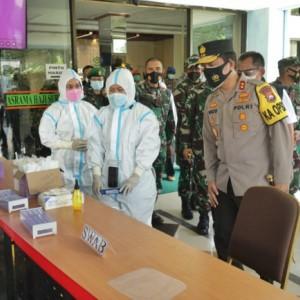 Forkopimda Saring Ketat PMI Masuk Jatim di Bandara Juanda