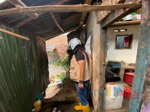 Petugas BPBD Kota Malang saat melakukan pengecekan kondisi bangunan yang mengalami longsor, Sabtu (1/5/2021). (Foto: BPBD Kota for MalangTIMES)