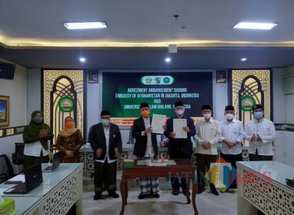 Rektor Unisma Prof Dr Maskuri (4 dari kiri) dan Duta Besar Republik Indonesia (RI) untuk Afghanistan Arief Rachman (4 dari kanan) saat melakukan penandatanganan secara daring dengan Kedutaan Afghanistan. (Anggara Sudiongko/MalangTIMES)