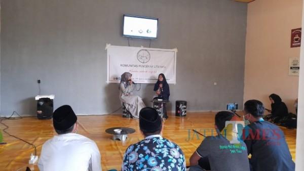 Sembari nunggu buka puasa, aktivis literasi bincang literasi special momen Hari Kartini dan Hari Buku Dunia di SS Caffe, Galis, Bangkalan (Foto: Imam/BangkalanTIMES)