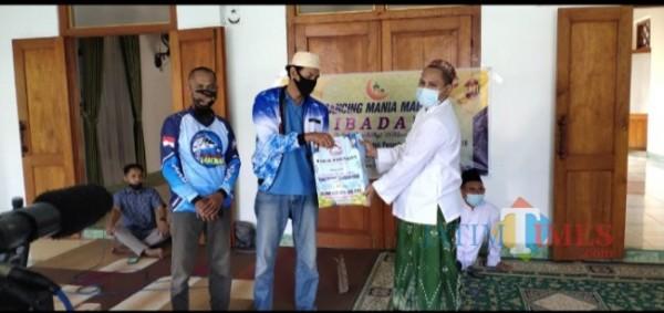 Perwakilan komunitas mancing mania saat memberikan bantuan paket sembako ke pondok pesantren Al Huda Oro- oro Ombo Kota Madiun (for MadiunTIMES)