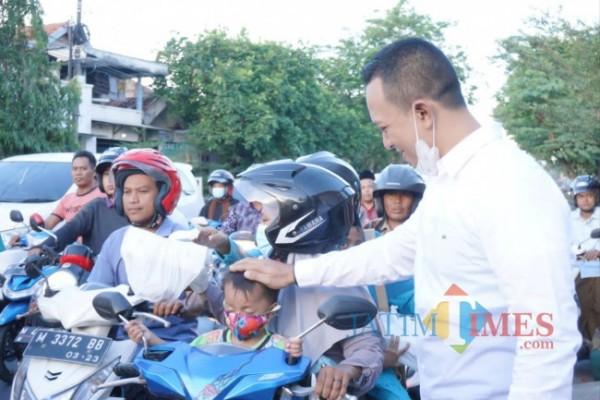 CEO Bani Group Ali Zaenal saat membagikan takjil kepada warga di Pamekasan. (Foto: Rozy/ JatimTIMES)
