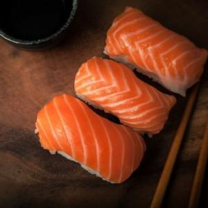 Shusi Ikan Salmon yang Dipanen dari Bioreaktor, Tertarik Mencoba?