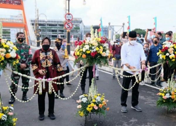 Mantan Wali Kota dan Wali Kota Surabaya saat meresmikan jembatan
