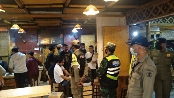 Petugas gabungan saat melakukan pembubaran pengunjung di kawasan kafe Jalan Sudimoro, Kota Malang, Sabtu (1/5/2021) malam. (Foto: Satpol PP Kota Malang)
