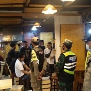 Melanggar Peraturan, Petugas Gabungan Bubarkan Kerumunan Pengunjung di Kafe Sudimoro