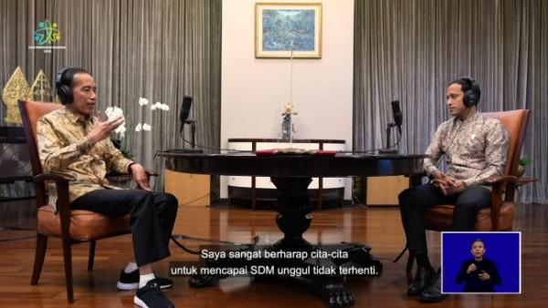 Presiden RI Joko Widodo saat melakukan podcast bersama Menteri Pendidikan Kebudayaan Riset dan Teknologi RI Nadiem Makarim, Minggu (2/5/2021). (Foto: Tangkapan layar YouTube Kemendikbud RI)