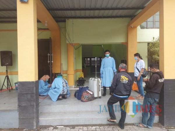 Salah satu Pekerja Migran Indonesia (PMI) yang baru saja datang di Kota Malang dan bersiap untuk menjalani karantina di Safe House Jalan Kawi, Kota Malang, Minggu (2/5/2021). (Foto: Tubagus Achmad/ MalangTIMES)
