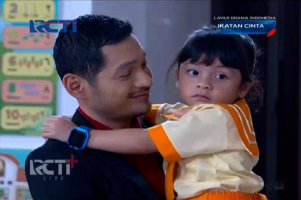 Salah satu scene Nino saat menggendong Reyna di Sinetron Ikatan Cinta. (Foto: RCTI).