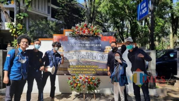 Aliansi Mahasiswa Brawijaya saat mengirimkan karangan bunga duka cita kepada Rektorat Universitas Brawijaya, Senin (3/5/2021). (Foto: Tubagus Achmad/MalangTIMES)