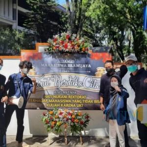 Aliansi Mahasiswa Brawijaya Kirimi Rektorat Karangan Bunga Duka Cita