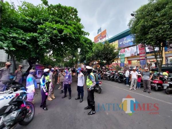 Kondisi parkiran yang tampak ramai di kawasan Mal Alun-Alun Ramayana Kota Malang, Minggu (2/4/2021). (Foto: Tubagus Achmad/ MalangTIMES)